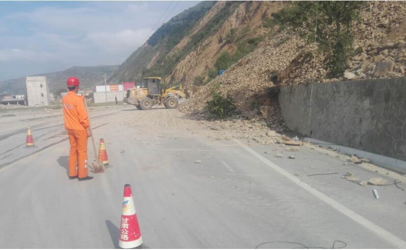 受持续降雨影响,7月22日,岷县公路管理段管养的省道306线岷阳镇北门桥K242+950处发生大型山体滑坡,造成交通中断,接到险情报告后,该段迅速启动应急预案,立即组织技术员前往现场查勘,经勘查,此处塌方量大,约达到2000余方,由于山体不稳定随时都有再次塌方的危险,再加上山体陡峭,机械不能卸载。该段结合实际遂即制定抢修方案,先抢通后保畅,抢出半幅通道,保障车辆通行,同时安排人员现场疏导交通,待山体结构相对稳定后再进行全面清理。   近日,岷县段利用晴好天气,山体相对稳定时期,迅速组织机械、人员对塌方点进